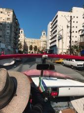 Pasivažinėjimas convertible, o priekyje matosi Hotel Nacionale.